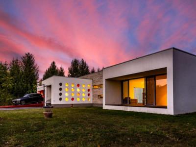 Vila Ultramoderna cu deschidere la Lac si Piscina Interioara, Vis sau Realitate?